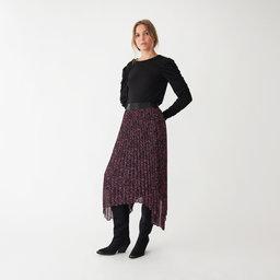 Kolla in det här! En kort kjol i stadig satin med lyster