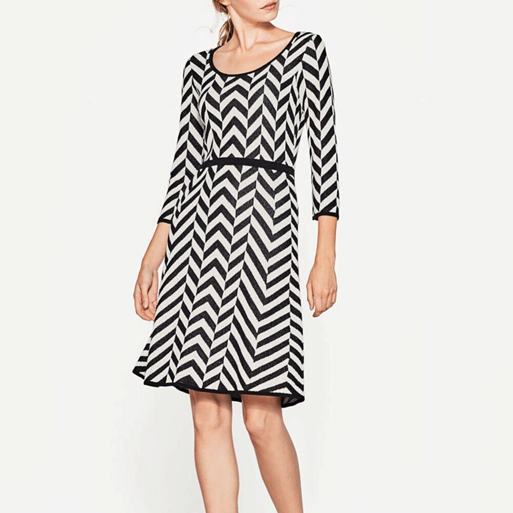 Stickad klänning med sicksack mönster